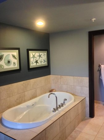 Sunrise Ridge Waterfront Resort: in-room tub (water poured from the light above!)
