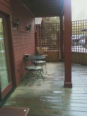 Shaker Mill Inn: Seating area outside my room.