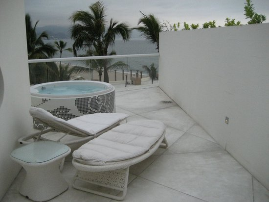 Hilton Puerto Vallarta Resort: Our roof w a Jacuzzi and lounge chairs! plus beautiful view.