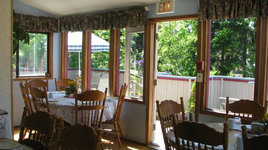 Marketa's Bed and Breakfast: Looking out to Cherry Tree