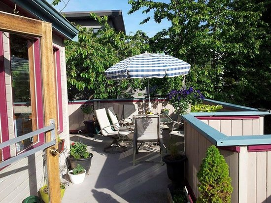Marketa's Bed and Breakfast: Outside Dining and Cherry Trees