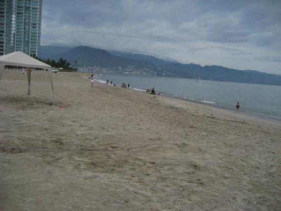 Hilton Puerto Vallarta Resort: The beach (a little rainy when we were there)