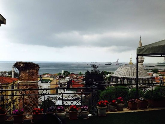 Ada Hotel Istanbul: The view from the breakfast terrace on our last day-it rained and we cried. We did not want to g