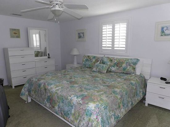 Island House Beach Resort: Master bedroom
