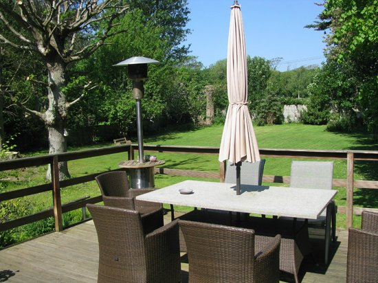 Norton Cottage Bed and Breakfast: The deck for guests' use with view of the garden