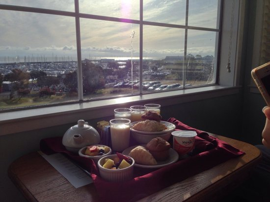 Inn at Oyster Point: Lovely complimentary breakfast