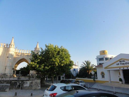Hotel Dom Fernando: Вид на центральный вход отеля и соседюю церквушку