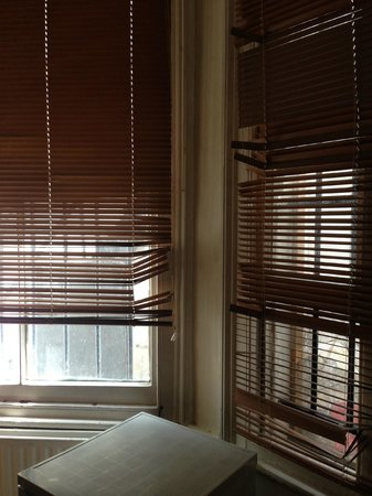 37 Collingham Place London: Broken Blinds