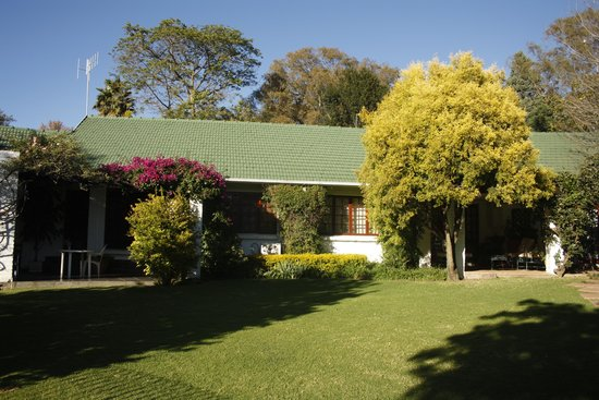 Rivonia Bed & Breakfast: Well manicured lawns and shade providing trees