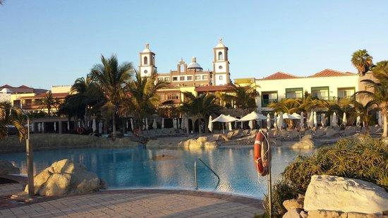 Lopesan Villa del Conde Resort & Corallium Thalasso: Sandstrandpool mit  der Kopie einer der ältesten Kirchen von GC