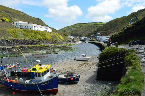 Boscastle Visitors Centre : Looking back into the village