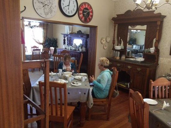 Sunrock Guesthouse: breakfast in the dining room