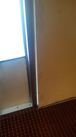 Travelodge Fredericksburg: Door, locked and bolted, does not shut all the way - unsafe