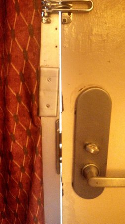 Travelodge Fredericksburg: Does this locked and bolted door look safe - NOT