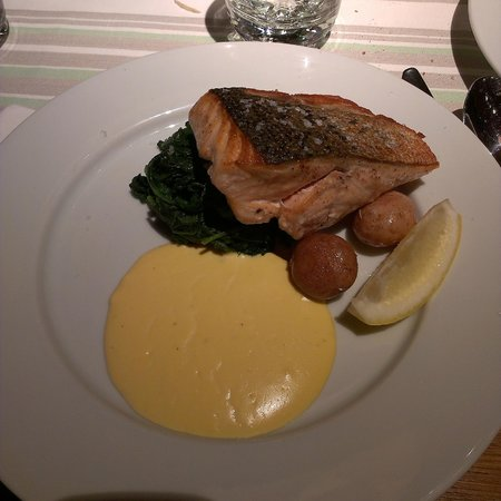 Menza : Salmon steak served with spinach, baby potatoes and Hollandaise sauce, costo 3290