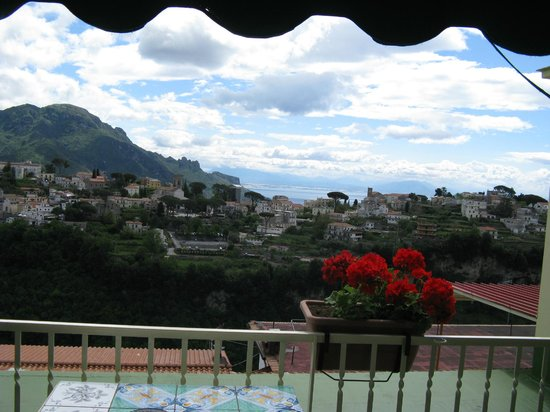 Hotel Zi'Ntonio : Looking toward Ravello from the balcony
