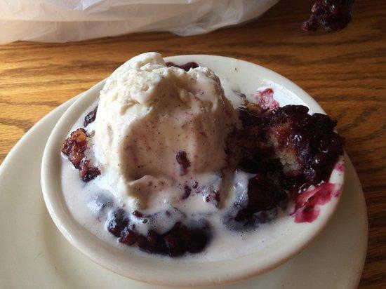 The Old Mill Restaurant: Yummy blackberry cobbler!