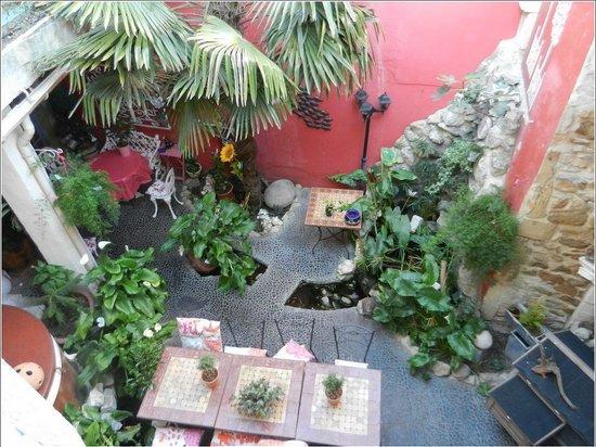 Maison D'Hôtes Douce France : Vue de la chambre sur l'espace intérieur et repas