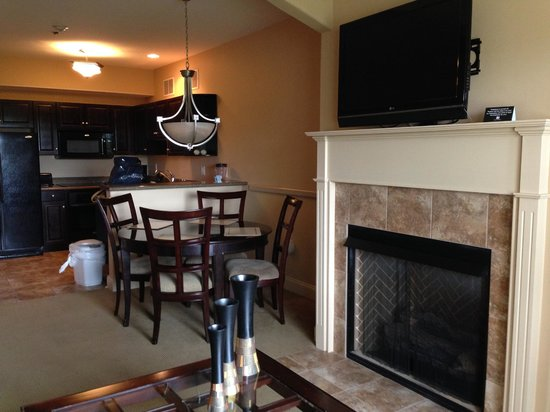 Lake Ozark, MO: Beautiful dining and living! They will even come light the fire for you!