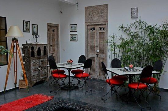 Riad la Parenthese : Mesas para el desayuno o la cena