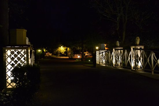 BEST WESTERN PLUS Blunsdon House Hotel: Blunsdon bridge at Night