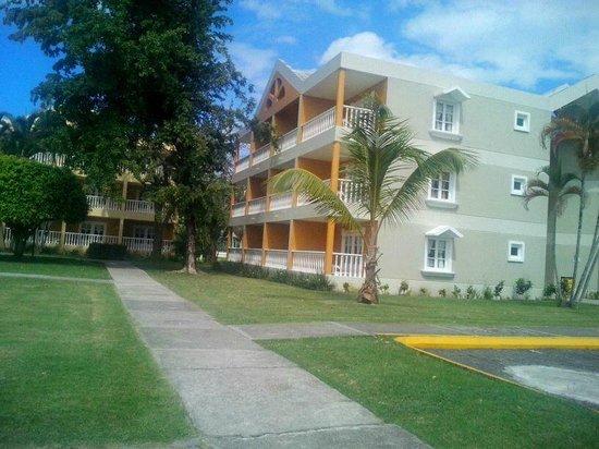 Puerto Plata Village Resort: Camino hacia la habiraciones