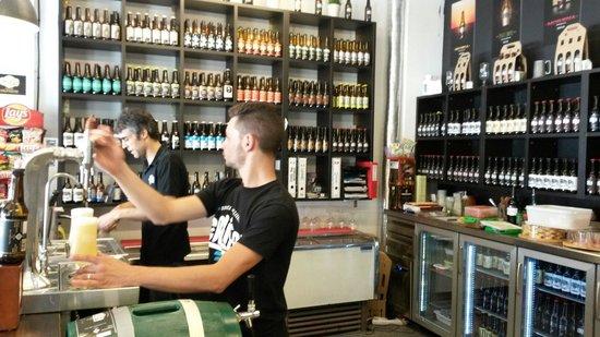 Cervezas Califa: La variedad de cervezas a la vista está. El trato al cliente muy bueno.