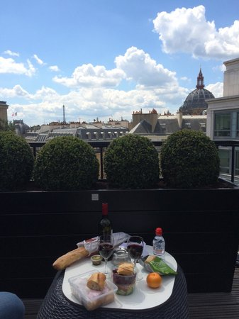Hotel WO - Wilson Opera : Picnic on our balcony with Eiffel Tower view