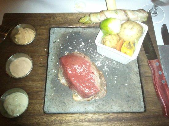 C'est la Vie: very hot volcanic stone and rare beef steak