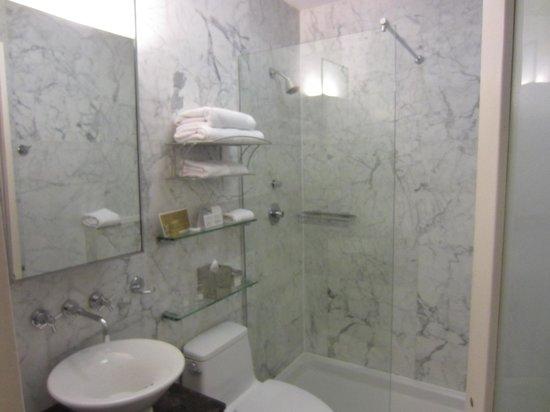 Dylan Hotel NYC: Baño habitación doble