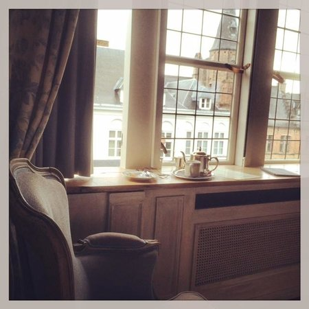 Relais Bourgondisch Cruyce - Luxe Worldwide Hotel : Afternoon tea by the window