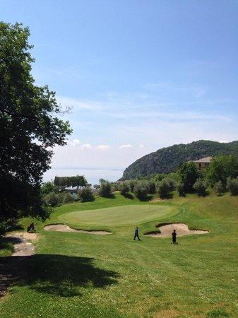 Golf Hotel Ca' Degli Ulivi: Blick auf Green Loch 17