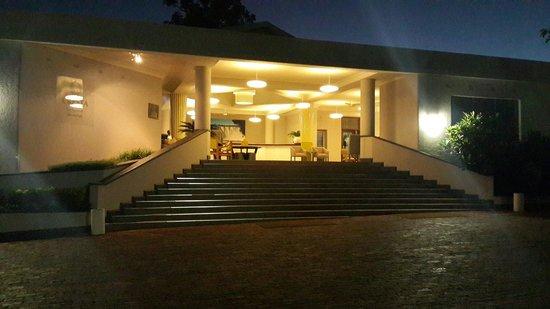 Cresta Sprayview Hotel: Front Entrance