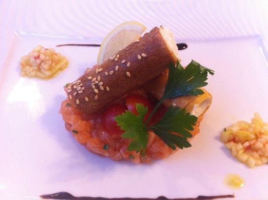 Beau site Jehan de Valon: tartare de saumon et son croustillant de caillé de chèvre