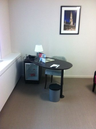 Thon Hotel EU: Good size desk for working