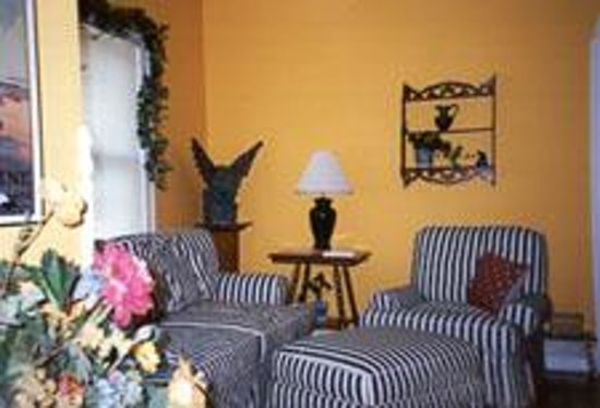 Garden Grove Bed & Breakfast : Community sitting room