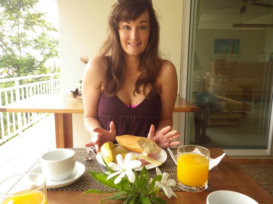 Fare Suisse Tahiti : Enjoying the yummy breakfast