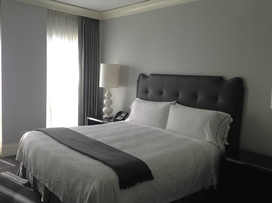 Waldorf Astoria Chicago: Enormous Bed!