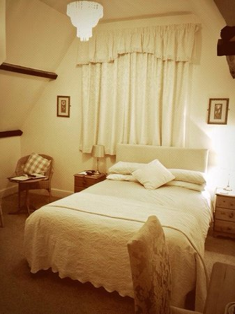 The Pendennis Guest House: Room 8... lovely bed! Very comfortable nights sleep.