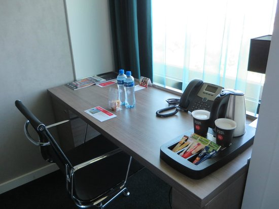 Ramada Apollo Amsterdam Centre : Room Desk