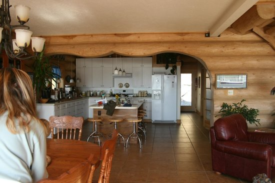 Turnagain View Lodge: roomy kitchen