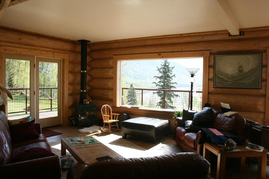 Turnagain View Lodge: Living room with gas stove