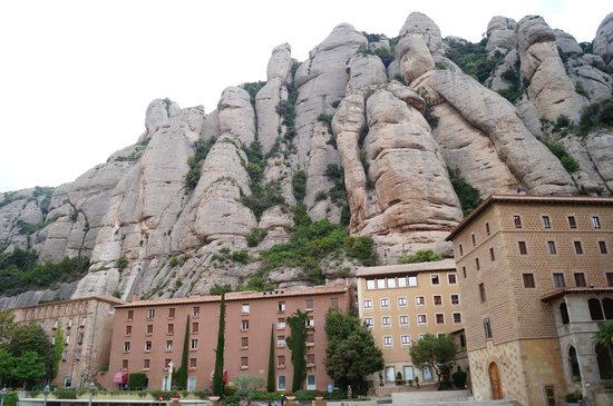 Hotel Abat Cisneros: Hotel sits under the natural cliffface