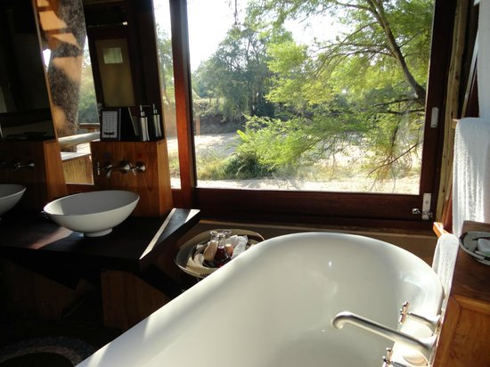 Rhino Post Safari Lodge: Bathroom