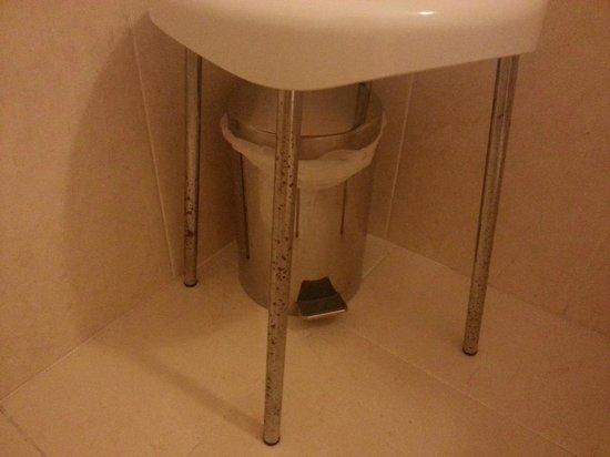 Sgabello con gambe rugginose foto di hotel smeraldo lazise