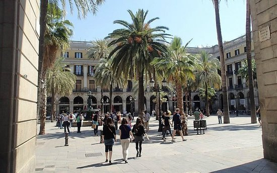 Roma Reial Hotel : The Hotel is at the right side of the opposite building.