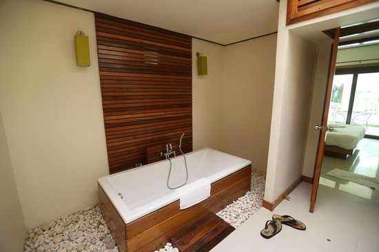 The Nantra De Deluxe: Nantra De Deluxe - Krabi Town - Indonesia - Wandervibes - bathroom area w/bathtub