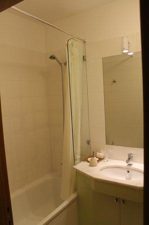 B&B ZUZABED: Shower/Tub
