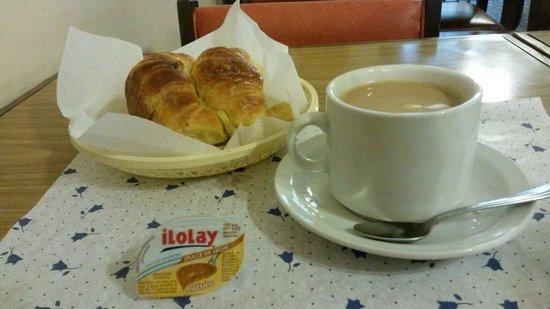 """Hotel Madrid: Medialunas (o """"facturas"""")con café con leche"""