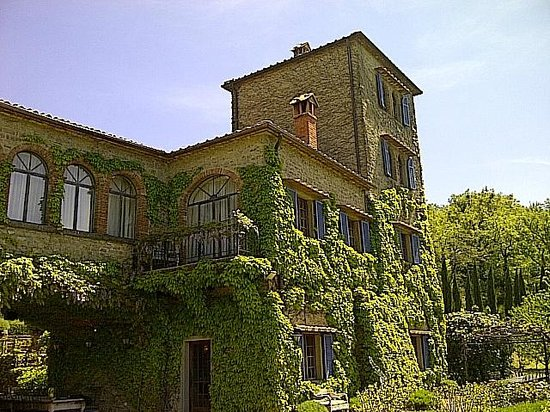 Torre del Tartufo Cooking Vacations Tuscany: View of the villa from the pool